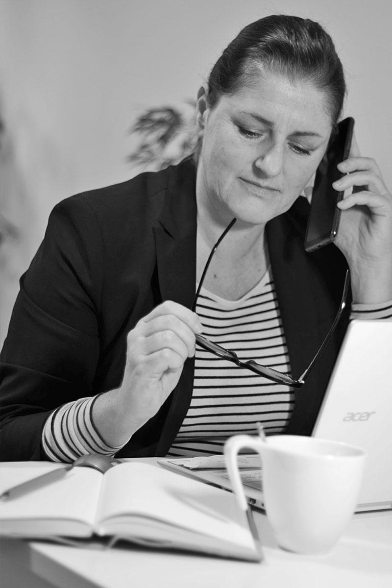 Karin-Ohrner-beim-Telefonieren