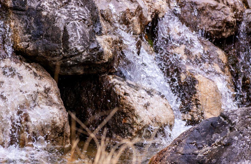 Ausschnitt aus kleinem Wasserfall im Setagaya-Park in Wien-Döbling.