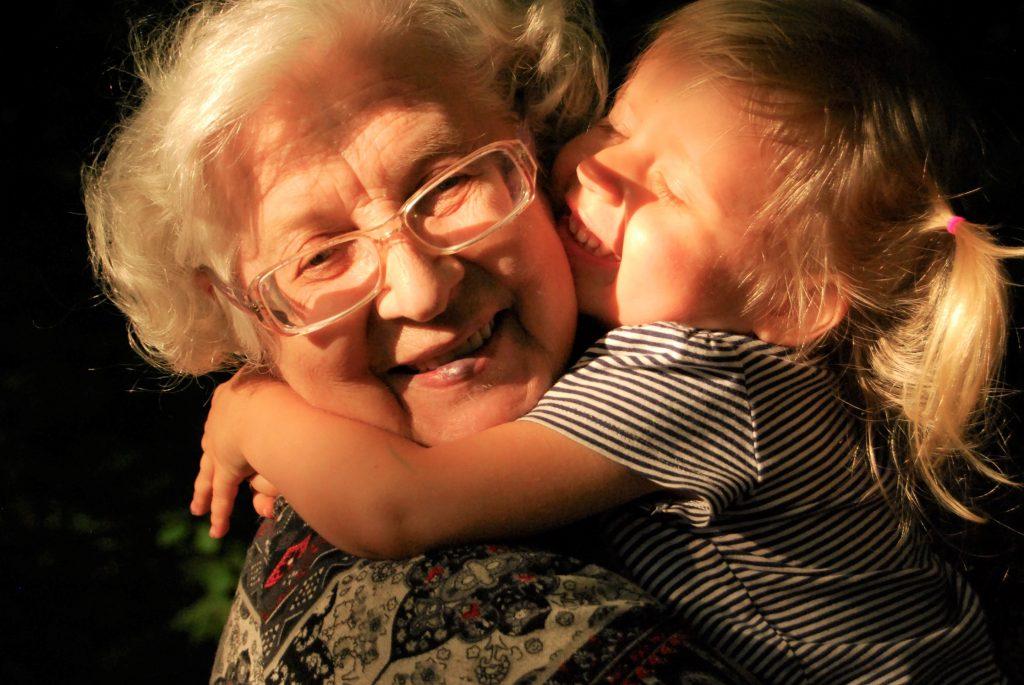 Großmutter und Enkelin - leider nicht mehr so selbstverständlich und möglicher Grund für eine Traumatisierung.
